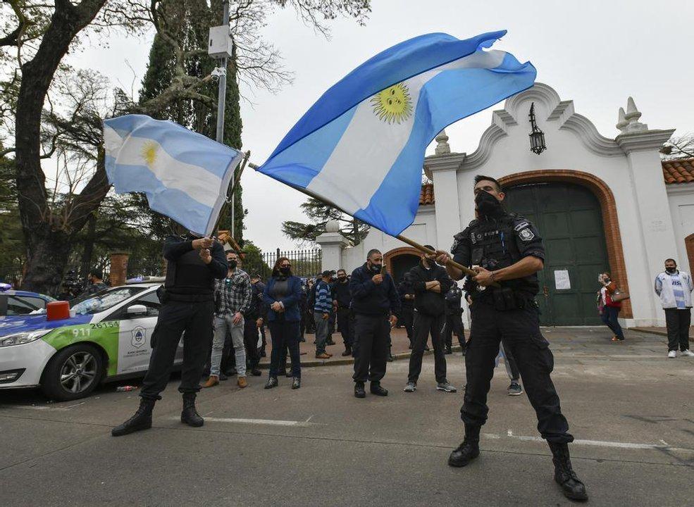 Policías protestando frente a la Quinta de Olivos